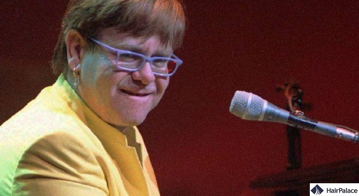 Elton John peformint in 1997 with a wig.